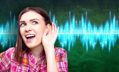 Девушка слушает звук