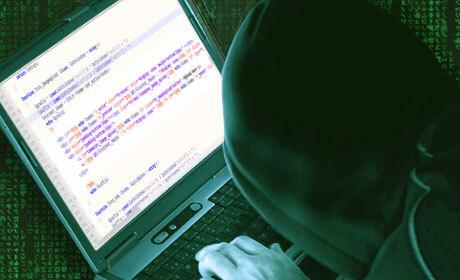 Хакер за ноутбуком пишет код